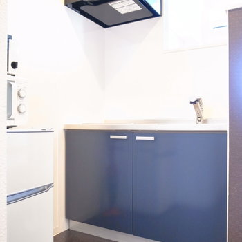キッチンはコンパクトですが、背後にスペースがあります。