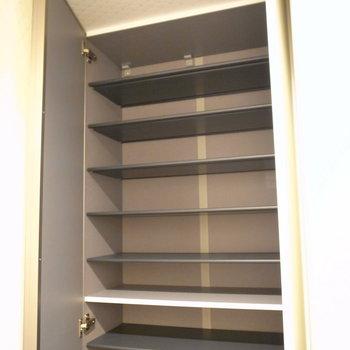 天井近くまで収納可能。防災用品を入れるなど、いろいろ入ります。