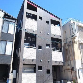 のどかな住宅地にあります。シュッと斜めな屋根が特徴的。