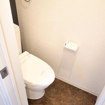 トイレはコンパクトです。扉は折れ戸タイプ。
