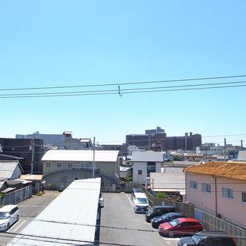 眺めは住宅地。カラッとした空も見えました。