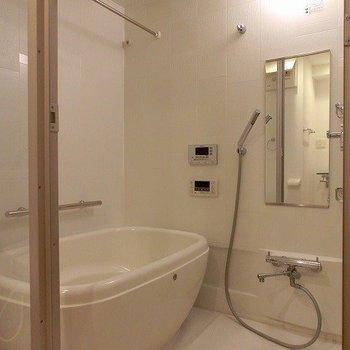 浴槽乾燥機付きのバスルームの扉は透明で開放的です(※写真は8階同間取り別部屋のものです) (※一部、壁の色が異なります)
