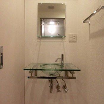洗面台も透明でちょいクールですね!(※写真は8階同間取り別部屋のものです) (※一部、壁の色が異なります)