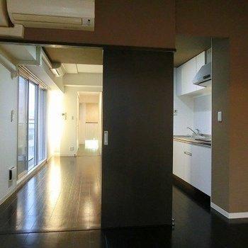 キッチンを中心に楽しい空間を作り上げたいそんなお部屋(※写真は8階同間取り別部屋のもので、実際の壁は黒です)