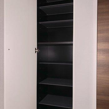 棚が可動式なので、背の高い靴も収納できます。※フラッシュを使用しています