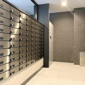 郵便コーナーに宅配ボックスも設置されていますよ。