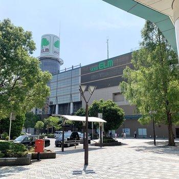 駅前のユアエルム成田は、大きな商業施設です。