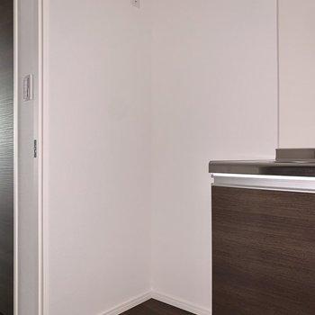 左側に冷蔵庫を置きましょう。※フラッシュを使用しています