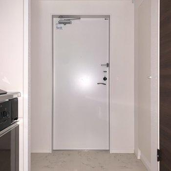 ゆとりの玄関スペースは、右側にシューズボックスがあります。※フラッシュを使用しています