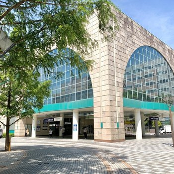 こちらが公津の杜駅。駅舎のデザインが素敵。