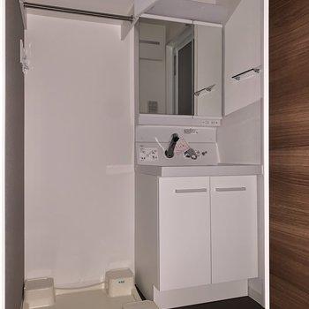 キッチンの背中側に洗面所があります。※フラッシュを使用しています