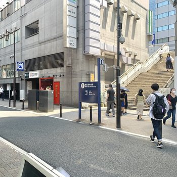 三田駅の脇にある歩道橋を渡れば田町駅に到着です。