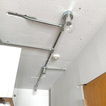 玄関は裸電球で暖かみを演出。