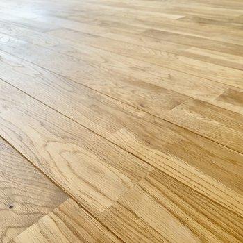 床はナラ材を使用している無垢床です。