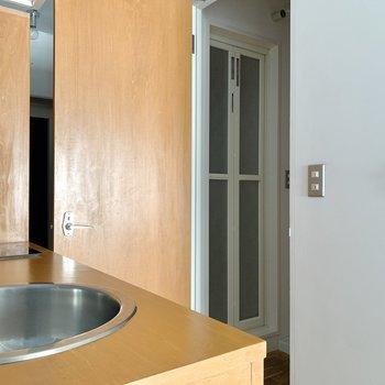 キッチンの背中側に脱衣所があります。