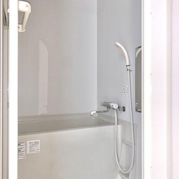 浴室はシンプルですが、白を基調として清潔感があります。※フラッシュを使用しています
