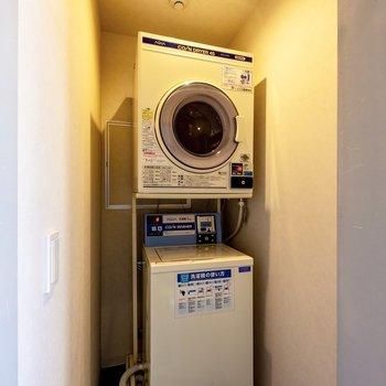 【共用部】2階には洗濯機+乾燥機が設置されています。