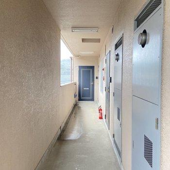 お部屋は真ん中の扉です。