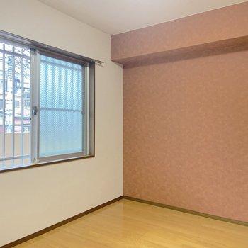 【洋室5帖】玄関の横にも洋室があります。