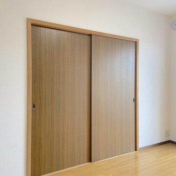 【洋室6帖西側】洋室同士は扉で仕切ることもできます。