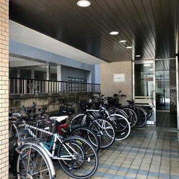 自転車も雨に濡れず置けます。