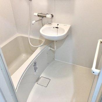 お風呂は2点ユニットですが、サーモ水栓で温度調節しやすいです!