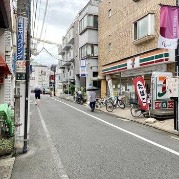 お部屋近くのコンビニがある通り。歩いて4分ほど。