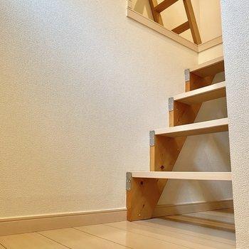 階段は少し急な印象。木材でできた階段がキュートですね。