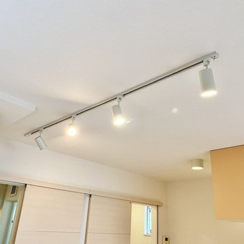 【ディティール】居室を照らすライティングレール。