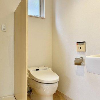 お手洗いはタンクレスタイプ。小窓があって換気も簡単。
