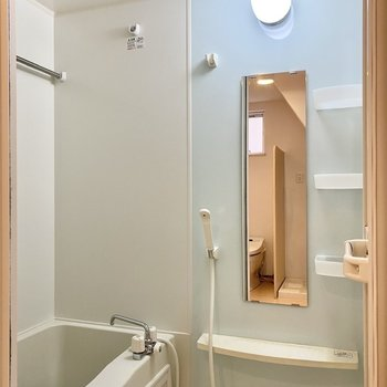 淡いブルーが優しい雰囲気の浴室。乾燥機付きですよ。