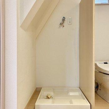洗濯置き場は階段下に。
