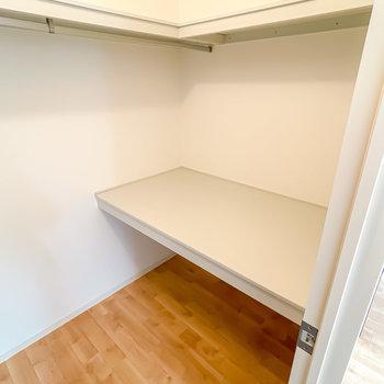 ハンガーラックも棚もあるので、普段使わない物の収納にもなりますよ。