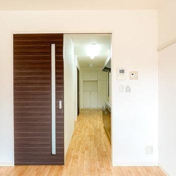 右の扉の向こうはキッチンスペース。