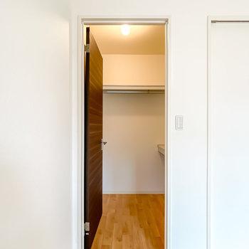 左の扉の中はウォークインクローゼット!照明付きで夜も見やすい。