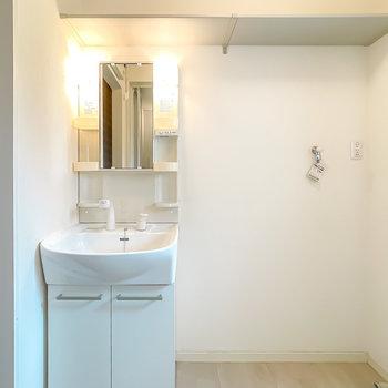 洗面台と洗濯機置き場の上にはタオルなどを置ける棚もあります。