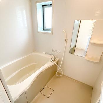 お風呂は窓付きで換気がしやすく、雨の日に嬉しい浴室乾燥機付き!