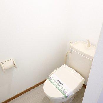 左手にはトイレ。ウォシュレット付きで収納棚もありますよ。