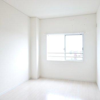 洋室は6.5帖。南西向きなので朝は柔らかく、昼以降は明るく日差しが差し込みます。