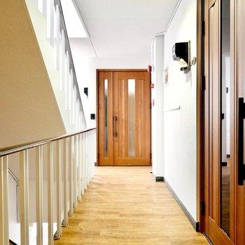 綺麗なお部屋でしたが、共用部もデザイン良く改装されているんです!こちらは玄関前。
