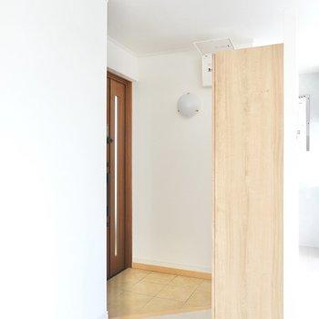 玄関はLDKの間仕切り壁の向こう側に。
