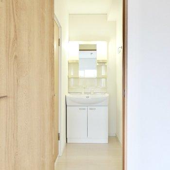 お次は脱衣所へ。入って正面には洗面台。脱衣スペースもゆとりのある広さです。