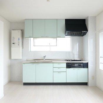 キッチンは3口コンロのシステムキッチン。魚焼きグリルも付いています。冷蔵庫置場は左側です。