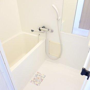 右手にはお風呂。設備はシンプルですが明るく清潔感があります。