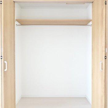 クローゼットは幅1.5mほど。衣装ケースを使えば、ひとり分の荷物なら全て隠せそうなほど。