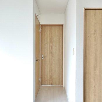 お次は奥の扉から洋室へ。その前に左の扉を開けてみましょう。