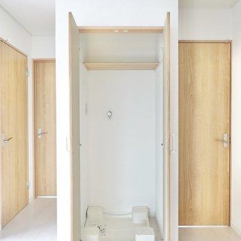柱の扉の中には洗濯機置場が隠れていました。静音性の高い洗濯機を選ぶと音も気になりませんよ◎