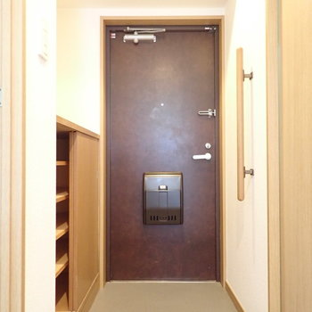 玄関には手すりがあります。