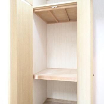 キッチンそばに収納あります。ボックスを使って整理しましょう!