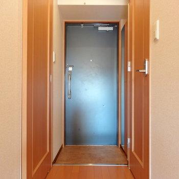 玄関には姿見付きの大きなシューズボックス(※写真は9階の反転間取り別部屋のものです)